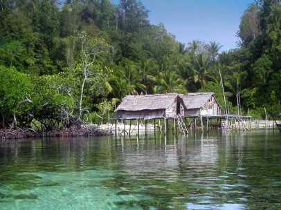 rumah nelayan diatas laut togian (internet)