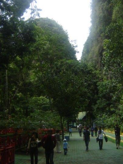 Wisata Alam Air Terjun Bantimurung diantara 2 celah gunung