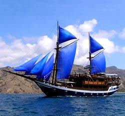 Perahu Pinisi sedang berlayar