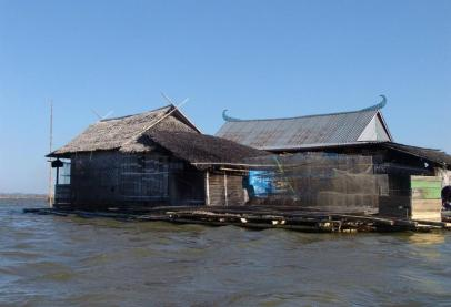 Rumah Terapung di Tengah Danau